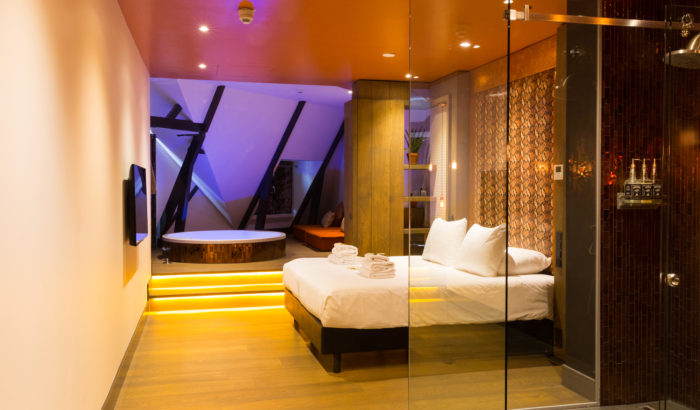 boutique-hotel-zaandam-manzo-suites-loft-bad-bed-douche-transparant