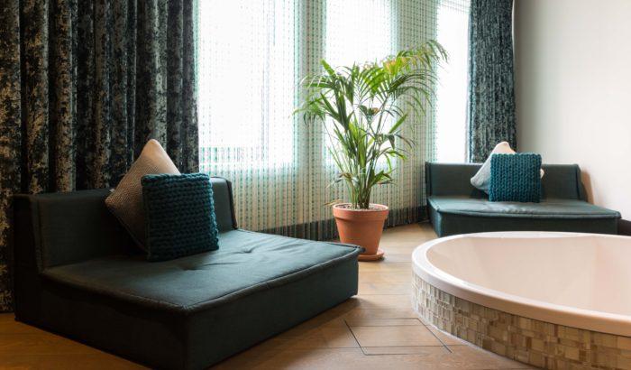 boutique-hotel-zaandam-manzo-loft-badkamer-bad-lounge-zilver-detials