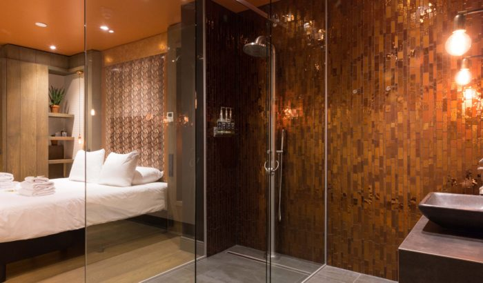 boutique-hotel-zaandam-manzo-suites-loft-badkamer-bed-glaswand-regendouche