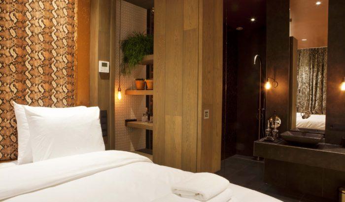 boutique-hotel-zaandam-manzo-suites-koper-badkamer-bed-douche