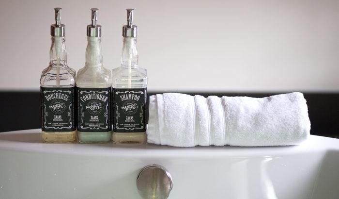 boutique-hotel-zaandam-manzo-suites-loft-bad-detail-jack-daniels-fles